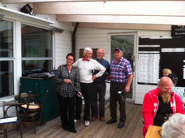 Irlantilainen nelipallo-kilpailun voittaja joukkue (aika ylivoimaisesti). Riitta (AlGo), Rauno (LoG), Simon (LoG) ja Reijo (LoG).
